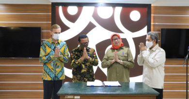 PENANDATANGAN DOKUMEN IMPLEMENTATION AGREEMENT  KERJA SAMA TEKNIS ANTARA PEMERINTAH INDONESIA DAN JERMAN  DALAM PERLINDUNGAN DAN PENGELOLAAN DAN EKOSISTEM GAMBUT  DI KALIMANTAN UTARA